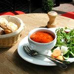 オランジェ - 料理写真:4種類のパンと豆のトマトスープ、旬の恵みたっぷりの新鮮なサラダが付いた800円のセット。スープは日替りで内容が異なります。