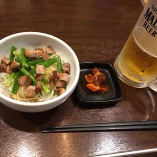 カミノ - 料理写真:ネギチャーシュー250円 ブルーチーズキムチ 生ビール