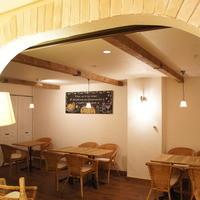 白い壁と白木のテーブルがおしゃれなゆったり空間