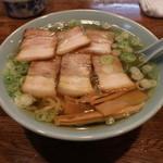 丸信ラーメン - 醤油チャーシュー麵(800円、斜め上から)