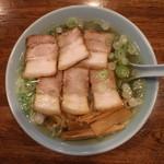 丸信ラーメン - 醤油チャーシュー麵(800円、真上から)