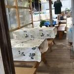 磯沼ミルクファーム - 売店のテーブル席の様子
