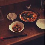 ハナコマ - 牡蠣とホタテのキムチ鍋 ¥880 ママさんが辛さの好みを聞いてくれます。