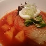 食道園 - スープにはカクテキたっぷり♪ 牛のダシの割合が多く、鶏ガラとミックスされているようです。