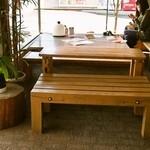 沼の家 - イートインのテーブル