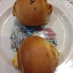 メロンパンファクトリー - もちっと明太チーズ(上)とミニコーンパン(下)