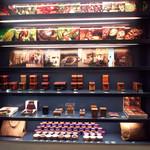 ジャン=ポール・エヴァン カーヴ・ア・ショコラ - (2015.11)店内の一角