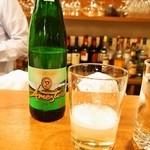 ラコンチャ - 店長 高村さんオススメのスペイン バスク地方の地酒「チャコリ」は高い位置からグラスに注ぐので表面に泡が立っている