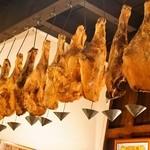 ラコンチャ - 天井から吊るされた生ハムたち