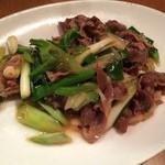 44622906 - 羊肉とネギの炒め。程よい羊の香りと葱が非常にマッチしています( ´ ▽ ` )