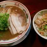 44663943 - どんぶりセット(とんこつラーメン、ミニ鶏そぼろ丼) ¥880