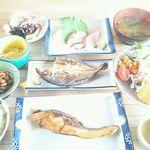 サンチョク鮮魚荒木 - 鯛の刺身、白身魚の煮付け、鯵の干物、白魚のポン酢、海老豆、ブリとわかめの味噌汁、昆布・漬物・卵の小鉢、サラダで中にはイカ素麺も