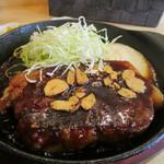 ポルコ - トンテキはボリュームたっぷりの200gの豚肉。上にはニンニクチップがトッピングしてありました。