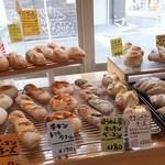 パンテテ - 店内、パンの種類は多くない