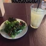 SUZU CAFE - セットのサラダとグレープフルーツジュース