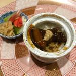 44779857 - 一口サイズの角煮丼                       土鍋で炊いたご飯がツヤツヤでとにかく美味しい!