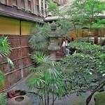 サロン・ド・テ オ・グルニエ・ドール - この中庭がいいですね~