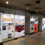 ドライブイン七輿 - 古めかしい…いや、確実に古い自販機が立ち並ぶ店内。