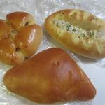 天心園パン工房 panne - 料理写真:この日もお勧めと書いてあったパンを中心に家族に一個づつパンを3個買って帰ってみました。