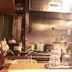 麺屋宗&SOU - カウンターから眺めた厨房