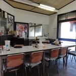 源氏食堂 - 店内のテーブルとパイプ椅子
