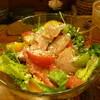 とりや、圓 - 料理写真:自家製生ハムスモークとフルーツトマトのサラダ