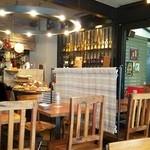 Meat&Bakery TAVERN - 店内 奥にオープンキッチンとパンビュッフェ