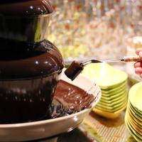女性客に嬉しいチョコレートタワーを設置