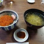 海女の小屋 海上亭 - いくら丼とめかぶ汁(お椀がでかい!)