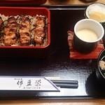 伊豆栄 - 焼き鳥重(1030円)