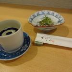 呑・さなみ - この日のお通し、フグ皮ポン酢と地酒