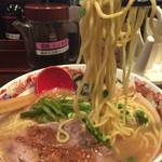 七志 とんこつ編 - 201512 もっちりした中太麺。大盛り無料。