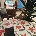 45060672 - オープンカフェになっている禁煙席のテーブル