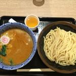 久臨 - 坦々つけ麺、奥のコップはスープ割り