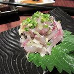 魚米 - 疑惑の鯵のたたき 半身なのにこの少なさ、なぜ?