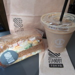 スタンバイ トーキョー - SAエビとブロッコリーサラダのサンド、アイスカフェオレ