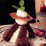 ハチドリtable - ガトーショコラのデザート ケーキがタワー状になってますよ!!