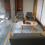 青山やまと - 客室のソファ