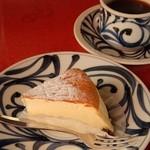 ティールーム 赤いやね - コーヒー&ベイクドチーズケーキ(自家製)どちらもスッキリした味付け