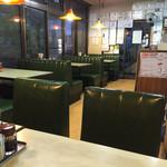 餃子会館 - 席から店内をパシャ 夕方の17時過ぎです。