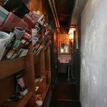 アナログ カフェ ラウンジ トーキョー - 図書館で使われていた本棚