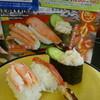 無添くら寿司 - 料理写真:「蟹フェア」の「豪華蟹三種盛り」の広告写真と手前の現物は貧弱な蟹。鷺かと思った。