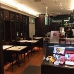 四川飯店 - L字に配置された40席程