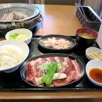 牛若丸 - 牛カルビランチ(120g、734円)+塩ホルモン(80g、324円)