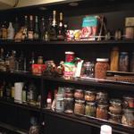 ミシュミシュ - カウンターに陳列された調味料や香辛料にエスニックの匂いが感じられる。。