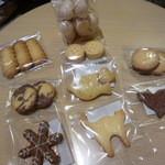 sampo - メレンゲ菓子と色々な形の可愛らしいクッキー
