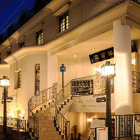横濱元町 霧笛楼 - 元町表通りから1本入った静かな通りに面しています。らせん階段が目印です