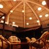 月の風 - 内観写真:高くドーム型になった天井が特徴の2階フロアは、結婚式2次会や団体利用に最適です。 BARカウンターもあり、お酒をゆっくりと楽しめます。