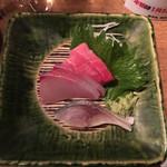 スタンドバー・マル - 刺身三点 本マグロ、ヒラマサ、しめ鯖