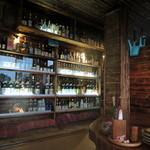 琉宮 - 座敷からお酒の棚を眺める